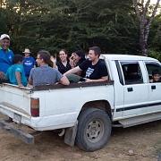 Per truck terug naar het gastgezin na het bezoek aan de rivier