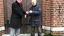 Sleuteloverdracht kerk Esbeek met wethouder Van de Wiel en Kees Ketelaars, beheerder
