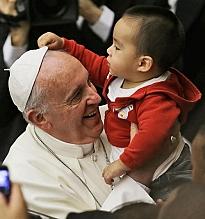Paus Franciscus met kind