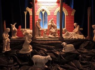 Interieur kerststal onder toren in Diessen